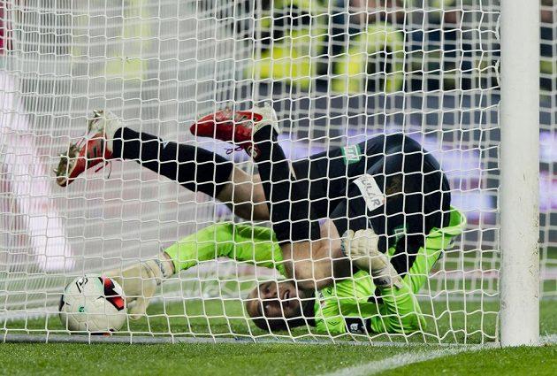 Brankář Teplic Martin Chudý inkasuje druhý gól v utkání se Slavií.