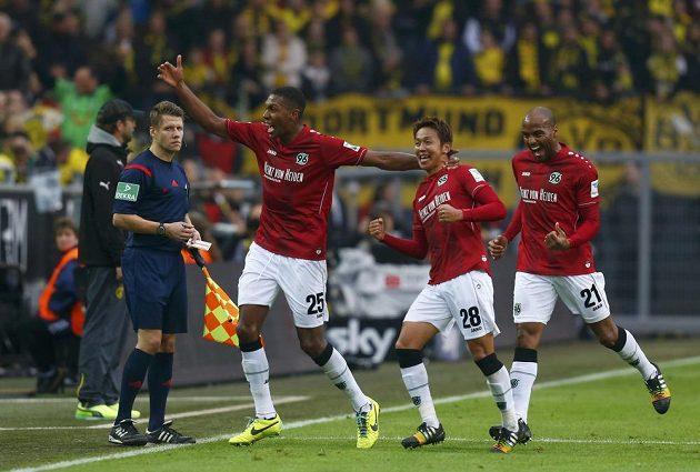 Hiroši Kijotake z Hannoveru (druhý zprava) slaví se spoluhráči gól proti Borussii Dortmund.