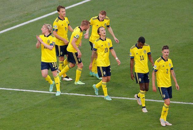 Švédský reprezentant Emil Forsberg slaví se spoluhráči gól na EURO v utkání s Polskem.