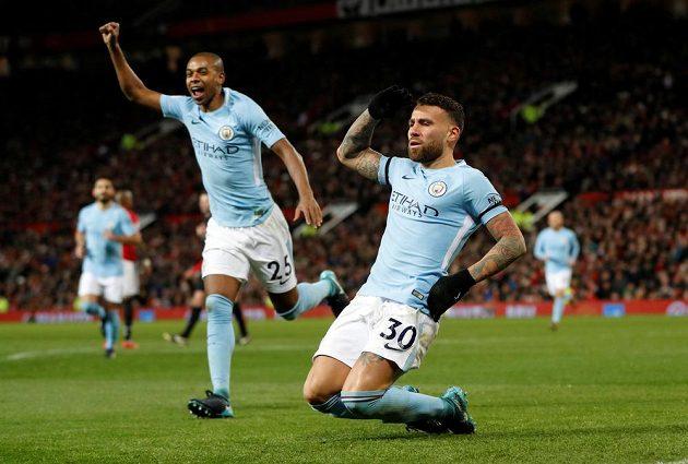 Fotbalista Manchesteru City Nicolas Otamendi (vpravo) se raduje z trefy v derby proti United.