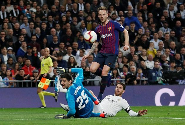 Barcelonský Ivan Rakitič střílí gól Realu Madrid.