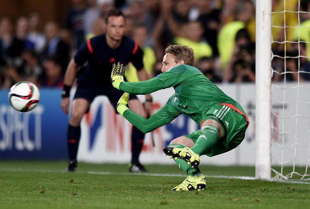 Švédský brankář Patrik Carlgren likviduje penaltu ve finále ME hráčů do 21 let s Portugalskem.