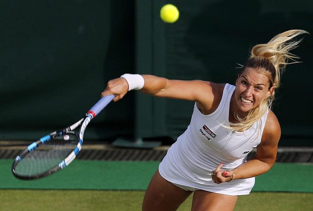 Slovenka Dominika Cibulková na Wimbledonu postupuje.