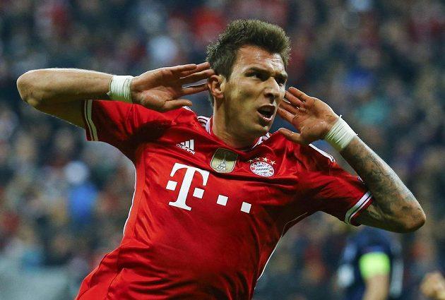 Radost útočníka Bayernu Maria Mandžukiče po vyrovnávací brance proti Manchesteru United.