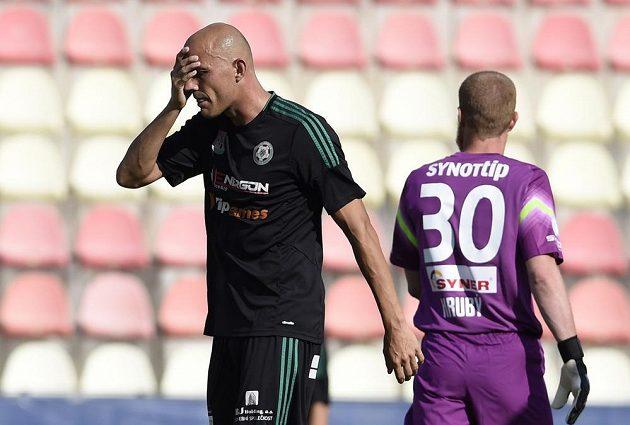Fotbalista Příbrami Roman Bednář (vlevo) reaguje po neproměněné příležitosti proti Jablonci.