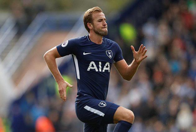Útočník Tottenhamu Harry Kane se raduje ze své druhé branky proti Huddersfieldu.