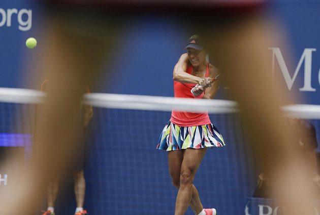 Angelique Kerberová z Německa (vzadu) ve finále US Open s Karolínou Plíškovou.