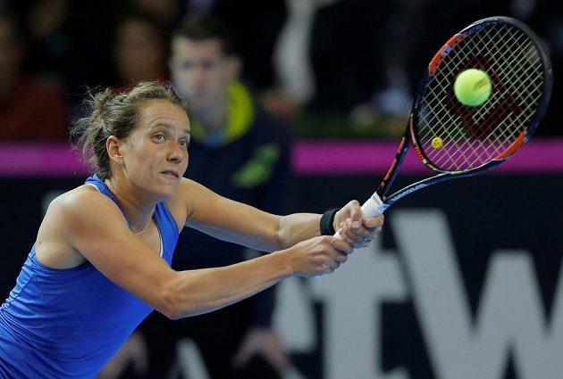 Barbora Strýcová během duelu s Francouzkou Alize Cornetovou ve finále Fed Cup.