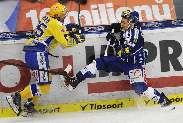Zlínský hokejový útočník Pavel Kubiš (vlevo) a brněnský obránce Ryley Miller v prvním finálovém zápase play off extraligy.