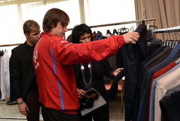 Kapitán české reprezentace Tomáš Rosický si vybírá oblek pro reklamní focení.