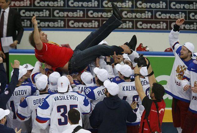 Kouč ruských hokejistů Oleg Znarok nad hlavami hráčů po zisku titulu mistrů světa.
