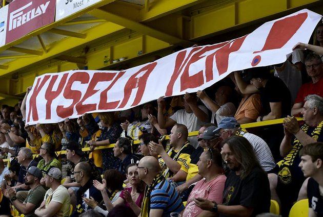 Fanoušci Litvínova vyzývají k odchodu generálního manažera klubu Roberta Kyselu.
