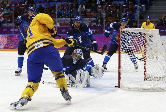 Loui Eriksson překonává finského brankáře Kariho Lehtonena a srovnává semifinálovou bitvu na 1:1.