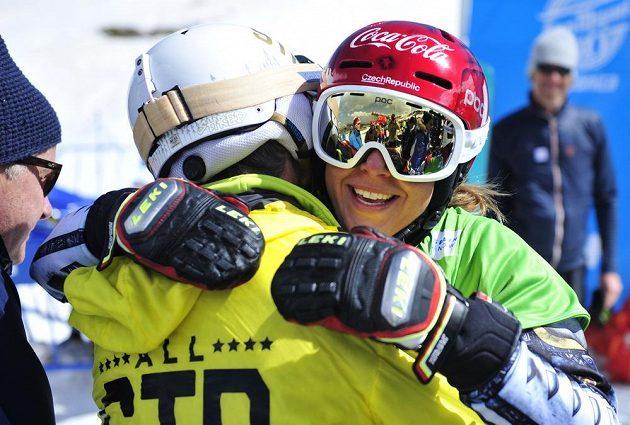 Snowboardistka Ester Ledecká v objetí s tátou.