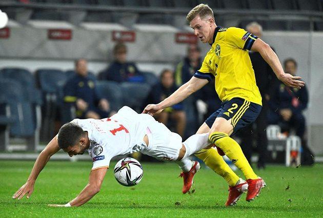 Španělský fotbalista Ferran Torres v akci se Švédem Emilem Krafthem v utkání kvalifikaci MS 2022.