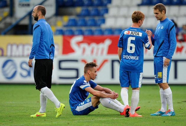 Zklamaní fotbalisté Slovanu Liberec po remíze s Duklou.