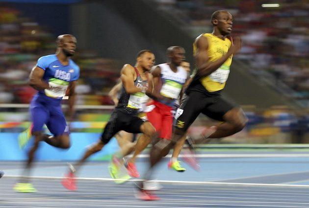 Usain Bolt už v polovině dvoustovky věděl, že zvítězí.