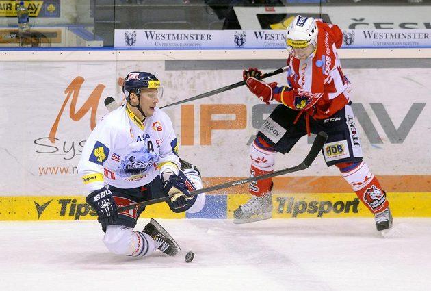 Liberecký útočník Petr Vampola a pardubický forvard Radoslav Tybor v zápase 47. kola hokejové Tipsport extraligy.