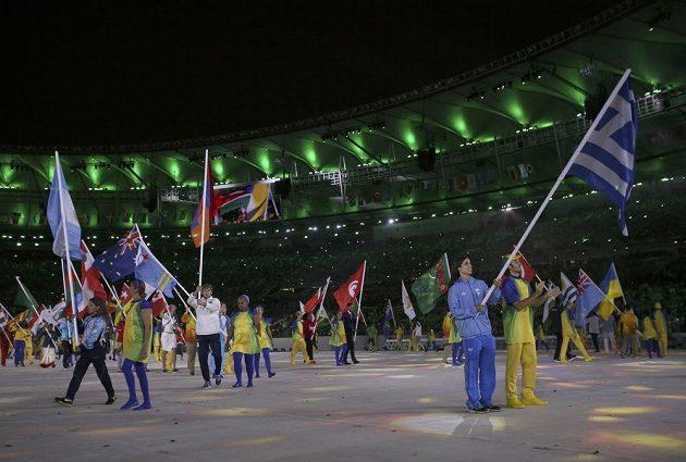 Nástup vlajkonošů na Maracaná při slavnostním zakončení OH.