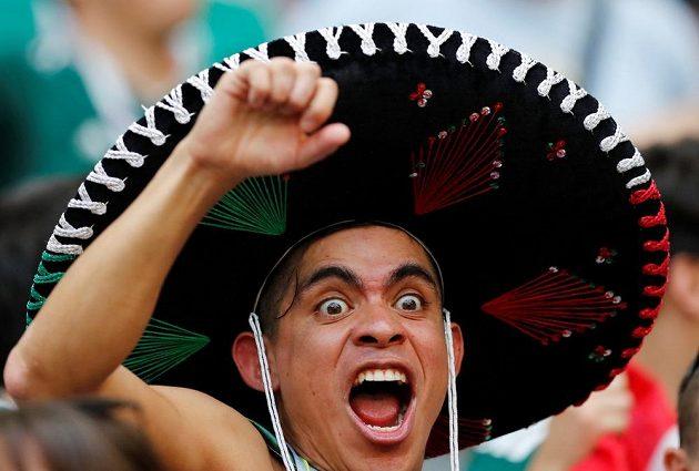 Rozvášněný fanoušek Mexika během utkání s Brazílií.