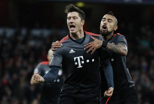 Radost v podání fotbalistů Bayernu Mnichov poté, co Robert Lewandowski vyrovnal z penalty v odvetném osmifinále Ligy mistrů na hřišti Arsenalu.