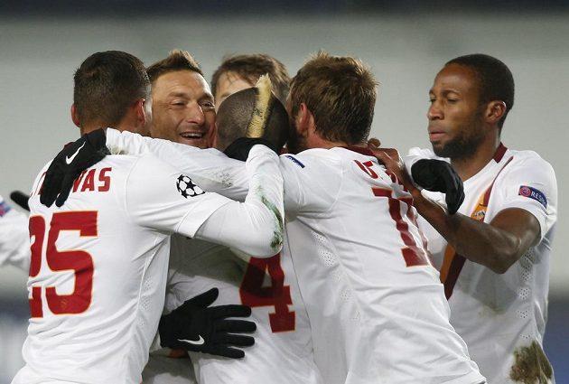 Francesco Totti (druhý zleva) oslavuje se spoluhráči z AS Řím svoji trefu proti CSKA Moskva. Nakonec však na výhru nestačila.