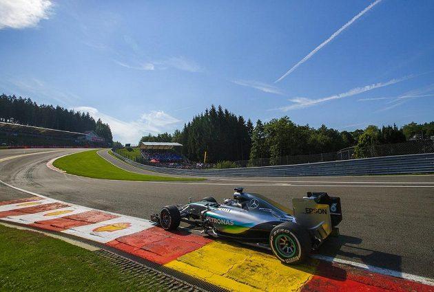 Lewis Hamilton s mercedesem na trati v belgickém Spa.