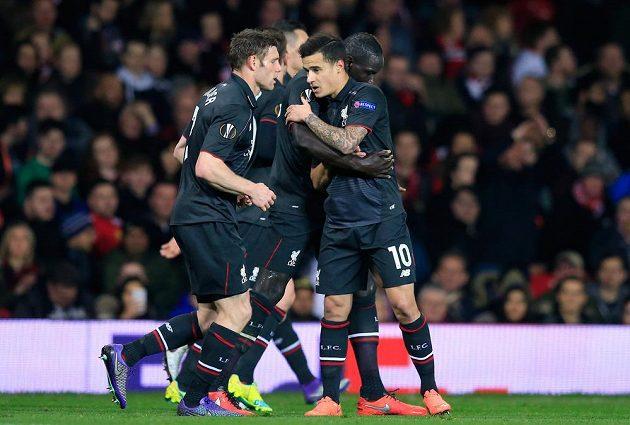 Philippe Coutinho (uprostřed) z Liverpoolu se postaral o vyrovnávací gól na Old Trafford. Reds v EL vyřadili Manchester United.