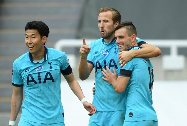 Radost fotbalistů Tottenhamu Hotspur na půdě Newcastlu.