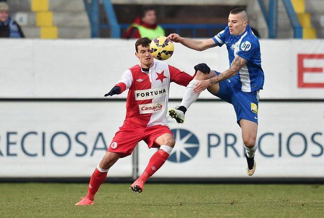 Michal Obročník (vpravo) z Liberce v souboji o míč s Vukadinem Vukadinovičem ze Slavie.