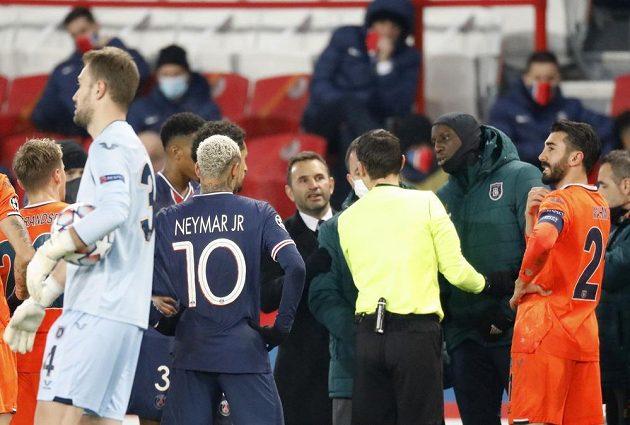 Fotbalisté Basaksehiru obvinili jednoho z rozhodčích během zápasu Ligy mistrů s PSG z rasismu.