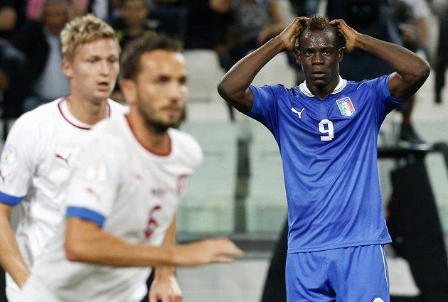 Ital Mario Balotelli (vpravo) lituje promarněné šance v utkání proti českému národnímu týmu.