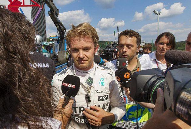 Nico Rosberg hovoří v paddocku s novináři poté, co předčasně skončil v měřeném tréninku.