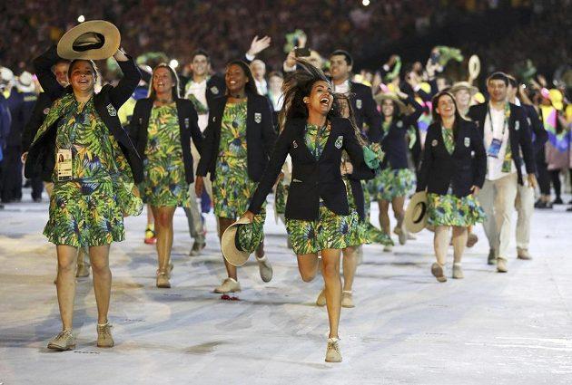 Brazilská výprava sportovců přichází na plochu stadiónu Maracaná.