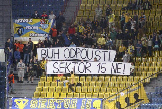"""""""Bůh odpouští, sektor 15 ne"""" je nápis, kterým fanoušci Teplic přivítali zpět v klubu útočníka Martina Fenina."""