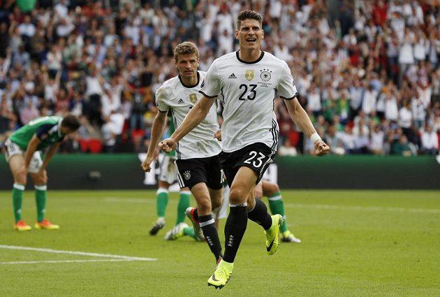 Německý útočník Mario Gomez se raduje z gólu proti Severnímu Irsku.