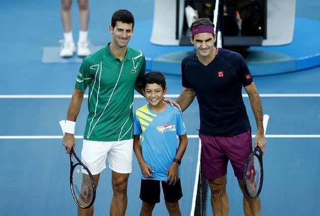 Srb Novak Djokovič a Roger Federer ze Švýcarska pózují před semifinále.