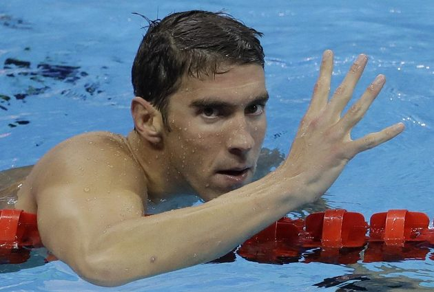 Michael Phelps slaví triumf v polohovém závodě na 200 m, je to jeho čtvrté vítězství na těchto hrách.
