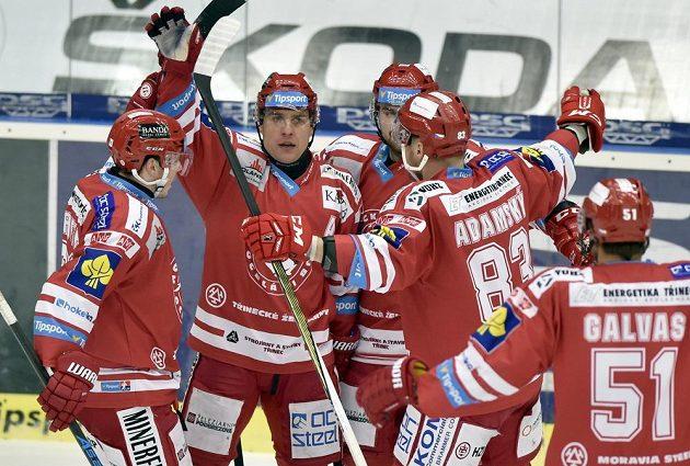 Hráči Třince se radují z gólu na ledě Zlína.