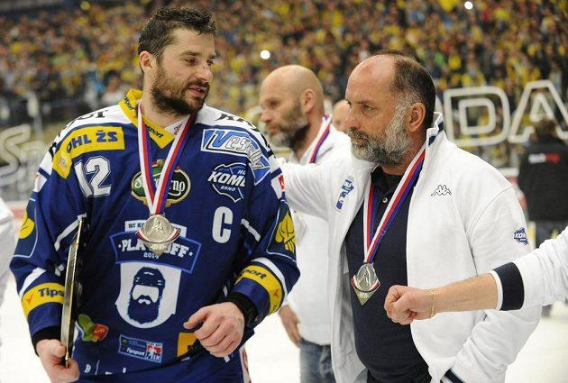 Smutný útočník Komety Leoš Čermák s trenérem Vladimírem Kýhosem.