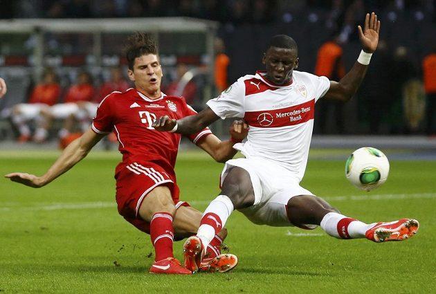 Antonio Rüdiger (vpravo) ze Stuttgartu bojuje o míč s Mariem Gomezem z Bayernu ve finále Německého poháru v Berlíně.