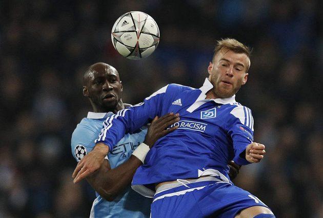 Eliaquim Mangala (vlevo) z Manchesteru City v souboji se záložníkem Dynama Kyjev Andrejem Jarmolenkem v odvetném osmifinálovém duelu Ligy mistrů.
