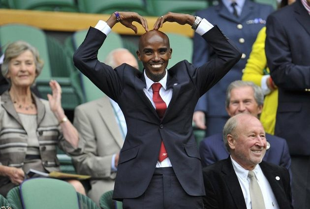 Olympijský hrdina Mo Farah si to v královské loži ve Wimbledonu hodně užíval.