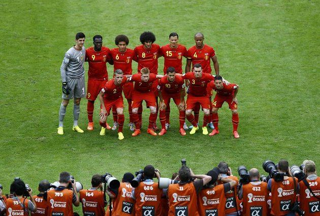 Belgický tým pózuje fotografům před duelem s Ruskem.