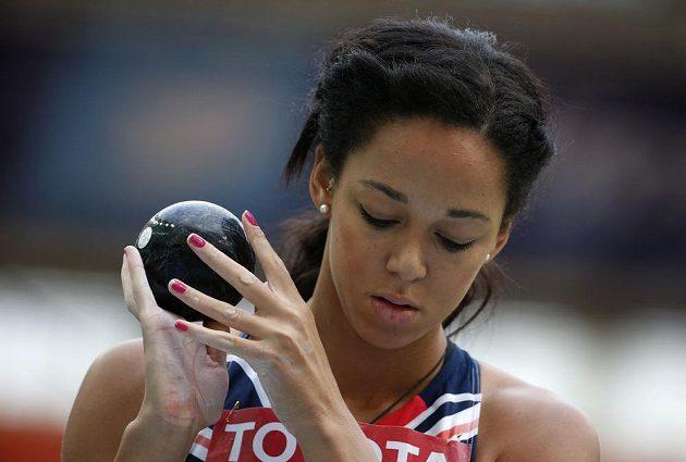 Britská sedmibojařka Katarina Johnsonová-Thompsonová se připravuje na vrh koulí.