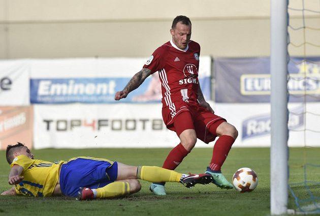 Olomoucký útočník Jakub Řezníček (vpravo) střílí gól. Vlevo je Ondřej Bačo ze Zlína.