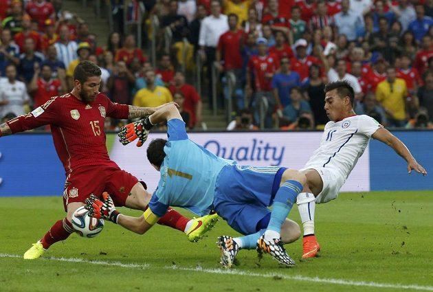 Eduardo Vargas (vpravo) střílí gól Chile, španělský brankář Iker Casillas ani obránce Sergio Ramos už zasáhnout nestačili.