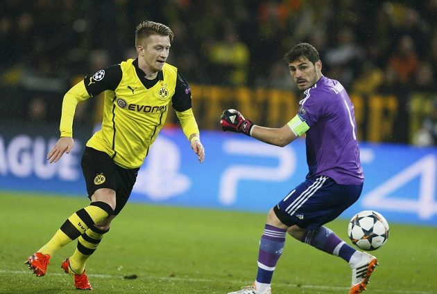 Dortmundský Marco Reus (vlevo) překonává gólmana Realu Ikera Casillase v odvetě čtvrtfinále Ligy mistrů.
