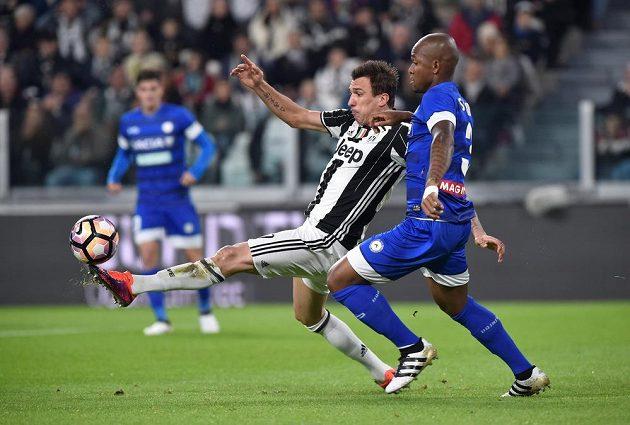 Mario Mandžukič (vlevo) z Juventusu v souboji se Samirem z Udine.