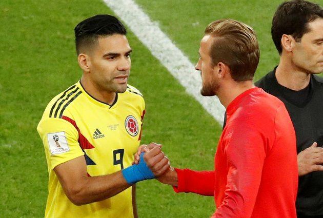Největší útočné hrozby obou celků - kolumbijský Falcao (vlevo) si podává ruku s Angličanem Harrym Kaneem.